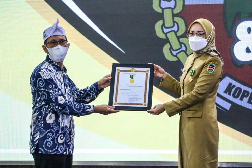Bupati Purwakarta Raih Penghargaan Jasa Bakti Koperasi