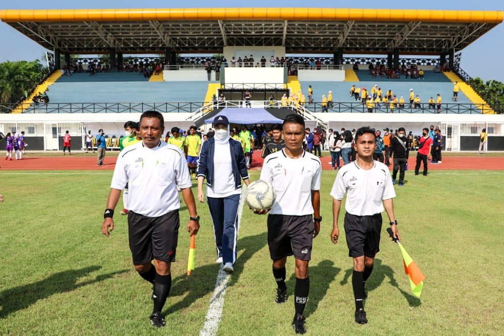 Uji Coba Stadion Purnawarman, Ambu Anne Tendang Bola Tanda Pertandingan Dimulai