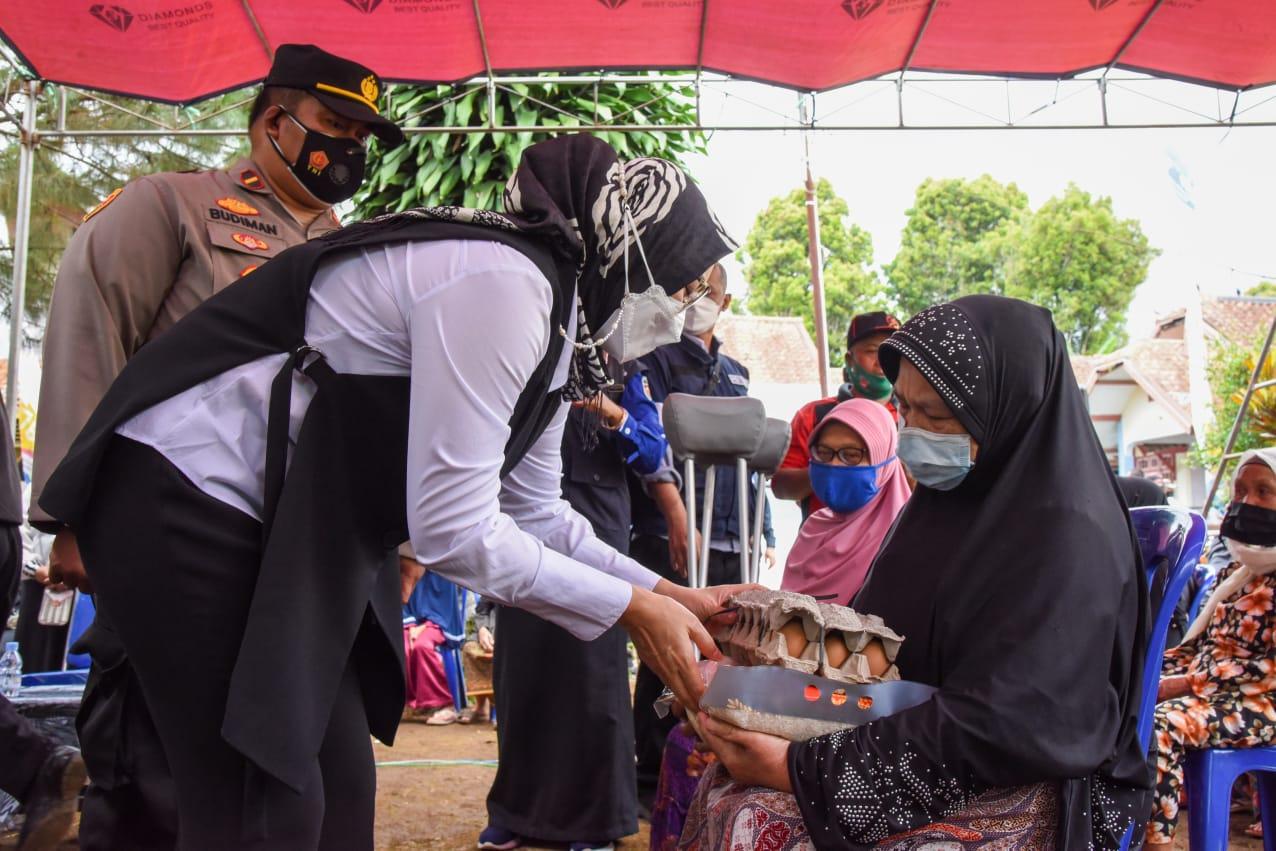Saba Desa, Bupati Purwakarta Salurkan Bantuan Beras dan Pantau Vaksinasi